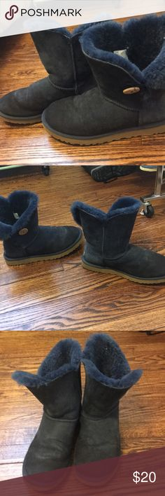 Worn Navy Bailey Button Uggs 10 (very used) Navy Bailey Button Uggs - size 10 (very used condition)  Definitely have wear on the inside and out. Water stains on toe and side. With that, with a professional dry cleaning these could be brought to decent condition. Only selling for $20 and I bought these for $170.  Be aware, these are stained and worn, so getting what you pay for. Definitely may respond to dry cleaning though. UGG Shoes Winter & Rain Boots