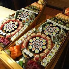 DREAM SUSHIS BOAT Tag a you would share with. Www.Soniatlev.com Sushi Boat, My Sushi, Sushi Time, Arte Do Sushi, Sushi Comida, Sushi Night, Sushi Party, Oriental Food, Sushi Rolls