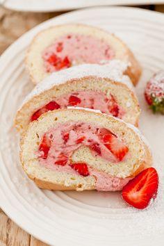 Moje Wypieki | Rolada śmietankowo - truskawkowa Polish Desserts, Polish Recipes, No Bake Desserts, Polish Food, Bread Recipes, Cake Recipes, Log Cake, Desert Recipes, Tasty Dishes