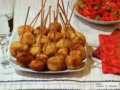 Chupachups de pollo a la Villaroy, el picoteo perfecto Appetizer Salads, Appetizer Recipes, Appetizers, Mini Croissants, A Food, Food And Drink, Brunch, Food Decoration, Great Recipes