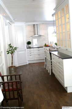 White kitchen, coastal living / New England style
