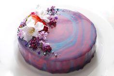 Zrcadlová poleva (a nepečný jahodový dort)