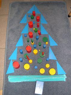 kerstboom met blauwe geodriehoeken - MontessoriNet
