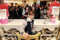 Kevin McHale signs autographs at the Sugar Factory in Las Vegas. #examinercom