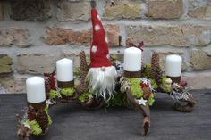 Ein Adventsgesteck,mit dem Ihr auf Entdeckungsreise gehen könnt,denn jedes erzählt seine eigene Geschichte irgendwo in den Bergen.Viele Naturmaterialien sind zu einer ganz individuellen Landschaft... Candle Sconces, Pillar Candles, Wall Lights, Etsy, Christmas, Home Decor, Creative, Creativity, Xmas