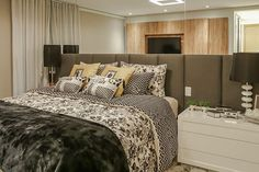 Floral e geométrico podem sim, funcionar junto. A combinação entre eles foi um sucesso neste quarto projetado por pela arquiteta Rubiana Teixeira. Adoramos!