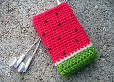 Crochet I Pod Case. Cartera de I Pod en crochet. Crochet Phone Cover, Crochet Pouch, Crochet Diy, Crochet Purses, Love Crochet, Crochet Gifts, Pochette Portable, Crochet Mobile, Crochet Accessories