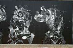 Déjà présenté pour ses constellations d'animaux, Philippe Baudelocque était de retour le mois dernier à l'occasion de l'évènement BergeStreet sur les berges de Seine. Agissant toujours sur un fond noir, avec une craie ou une pastel à l'huile de couleur blanche, Philippe Baudelocque signe de nouveaux animaux composés d'une mosaïque de motifs organiques et géométriques qui fusionnent pour créer un seul et même animal. J'aime la richesse de ses dessins et la nature éphémère de ses créations.
