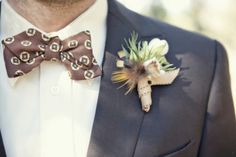 Noivo de laço - cor de chocolate #casarcomgosto #noivo