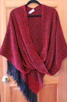 Twisted Shawls are mostly woven with a cotton warp and ray Loom Weaving, Hand Weaving, Wrap Pattern, Weaving Textiles, Weaving Projects, Lion Brand Yarn, Crochet Yarn, Sewing Clothes, Lana