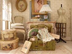 Old chest lady's accessories - French fashion - Accessories for a dollhouse in 1:12th scale
