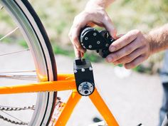 Der E-Bike Motor add-e ist in Sekundenschnelle an- und abgebaut. Mini Bike, Mountain Bicycle, Mountain Biking, E Bike Motor, Velo Design, Radler, Bicycle Maintenance, Cool Bike Accessories, Bike Shoes
