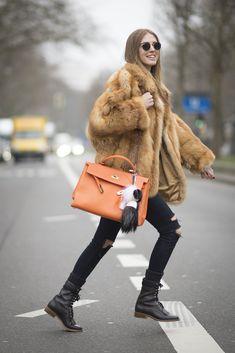 Calça skinny preta com coturno e casaco de pelos