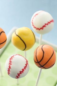 Play ball with these yummy cookies and cream cake pops perfect for sports enthusiasts!