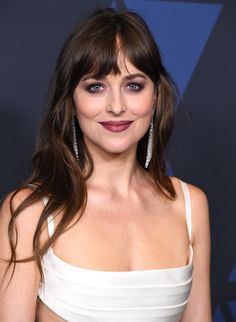 How To Style Curtain Bangs, According To Dakota Johnson Long Haircuts With Bangs, Long Hair With Bangs, Long Hair Cuts, Hairstyles With Bangs, Cool Hairstyles, Long Hair Styles, Style Dakota Johnson, Dakota Johnson Hair, Dakota Mayi Johnson