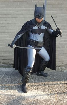 Batman Dead End with katana blades 4 Batman Cowl, Batman Cosplay, Dead Ends, Batman Robin, Sith, Katana, Capes, Superhero, Halloween