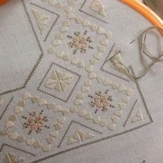 Hardanger without cutting threads Hardanger Embroidery, Ribbon Embroidery, Cross Stitch Embroidery, Cross Stitch Patterns, Doily Patterns, Dress Patterns, Loom Patterns, Palacio Bargello, Bordado Tipo Chicken Scratch