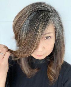 Transitioning to Gray Hair NEW Ways to Go Gray in 2020 - Hair Adviser grey hair going gray Dark Grey Hair, Long Gray Hair, White Hair, Pastel Blue Hair, Purple Hair, Green Hair, Grey Hair Transformation, Red Scene Hair, Grey Hair Care