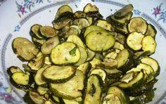 Zucchine alla Poverella - Le zucchine alla poverella sono un piatto tipico della tradizione culinaria pugliese. Sono un contorno che si prepara facendo essiccare le zucchine al sole e poi friggendole. Infine si condiscono con menta e aceto.