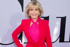 Grace and Frankie star Jane Fonda knows a thing or two about aging gracefully. Workout Dvds, Star Wars, Diane Keaton, Celebrity Workout, Health Trends, Jane Fonda, Jawline, Old Actress, Aging Gracefully