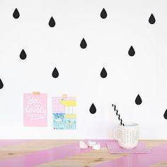 Decorar la habitación infantil en blanco y negro. Decora las paredes con vinilo gotas de agua.