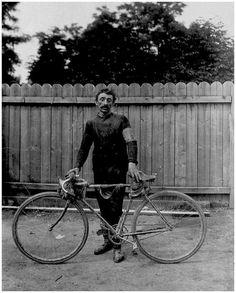 """Tour de France 1903. 6^Tappa, 18 luglio. Parigi.  Alexandre Foureaux (?), """"le menusier volant"""" (il falegname volante). Professionista dal 1896 al 1903, fu 16° nella classifica generale del Tour."""