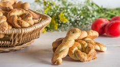 Greek Easter cookies from Smyrna by the Greek chef Akis Petretzikis. A quick and easy recipe for the most delicious and aromatic Easter cookies! Greek Cookies, Honey Cookies, Greek Sweets, Greek Easter, Easter Traditions, Easter Cookies, Greek Recipes, Easter Recipes, Cookie Bars