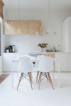 la cuisine laquée blanche et sol blanc, meubles en bois clair