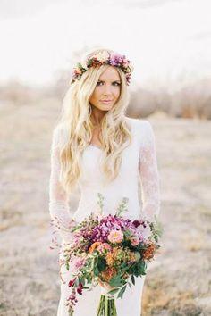 Sim, elas vieram para ficar e chegaram até ao altar. Para quem busca romantismo e sofisticação fugindo do tradicional, as coroas de flores são uma ótima opção. <3