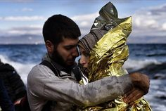Refugiados llegan a la isla griega de Lesbos después de cruzar el mar Egeo.