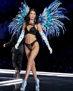 Strike a pose: Bella Hadid is pictured walking at the Victoria's Secret Fashion show on Monday Victoria Secrets, Show Victoria Secret, Modelos Victoria Secret, Victoria Secret Wings, Lingerie Victoria Secret, Style Bella Hadid, Bella Gigi Hadid, Catwalk Models, Vs Models