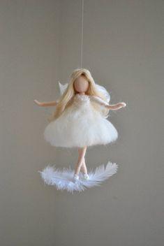 Hada blanca Felted muñeca lana ornamento: Hadas en la pluma White fairy Felted doll wool ornament: Fairies in the feather DIY Wool Dolls, Felt Dolls, Felt Crafts, Diy And Crafts, Crafts For Kids, Wet Felting, Needle Felting, Felt Fairy, Doll Tutorial
