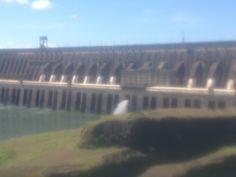 Usina hidrelétrica Itaipu Binacional está localizada no Rio Paraná, no trecho de fronteira entre o Brasil e o Paraguai, 14 km ao Norte da Ponte da Amizade, nos municípios de Foz do Iguaçu, no Brasil, e Ciudad del Este, no Paraguai.