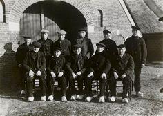 25-jarig jubileum van het  'Veefonds' 1933 Groep mannen in Twentse streekdracht, uit de omgeving van Markelo. De opname is gemaakt vanwege het 25-jarig jubileum van het 'Veefonds'. #Overijssel #Twente #Saksen #Markelo