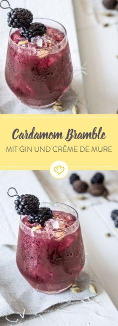 Würzig-süßlich und fruchtig-frisch tun sich im Cocktailglas zusammen. Farbgeber ist der süße Brombeer-Likör, den du mit Gin und Kardamom-Sirup mischst.