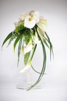 New simple bridal bouquet ideas floral design ideas Calla Lily Bouquet, Cascade Bouquet, Floral Bouquets, Wedding Bouquets, Deco Floral, Arte Floral, Floral Design, Ikebana, Floral Centerpieces