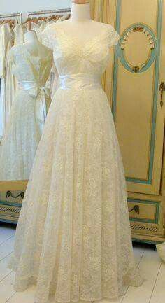 vintage chantilly lace bridal gown,its cute. Vintage Outfits, Vintage Gowns, Vintage Mode, Vintage Bridal, Bridal Lace, Bridal Style, Bridal Gowns, Vintage Fashion, Lace Wedding