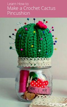 En esta lección, aprende a hacer un alfiletero de cactus de ganchillo que quepa en . Cactus En Crochet, Crochet Pincushion, Crochet Amigurumi, Knit Or Crochet, Crochet Gifts, Cute Crochet, Crochet Flowers, Making Fabric Flowers, Flower Making