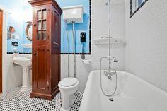 On sort de l'ordinaire aujourd'hui avec une #salledebain antique! Trouvez vous le style original? #rénovation Clawfoot Bathtub, Hui, Bathroom, Style, Bath, Washroom, Swag, Full Bath, Bathrooms