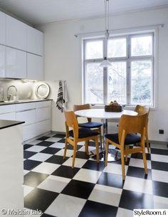 Suomalainen kettiö, ruudullinen laminaattilattia, pyöreä ruokapöytä, 1950-luvun ruokapöydän tuoli, vaalea, avara...