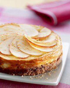 Käsekuchen mit Sesam und Apfelscheiben | Zeit: 30 Min. | http://eatsmarter.de/rezepte/kaesekuchen-mit-sesam-und-apfelscheiben