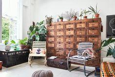 Cette maison datant du 19ème siècle et située à Londres, a adopté un charme typiquement bohème, avec ses meubles patinés et ses objets provenant des marchés aux puces et des brocantes. Son jardin v…