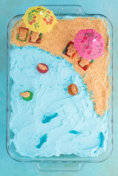 This beach theme poke cake would be a hit at a beach theme party or under the sea theme party! Kids will have fun decorating the top of this beach cake with teddy grahams, gummy sea creatures, and graham cracker sand. Beach Themed Cakes, Beach Cakes, Beach Birthday Cakes, Beach Themed Food, Beach Theme Desserts, Beach Theme Cupcakes, Bear Cupcakes, 7th Birthday, Birthday Ideas