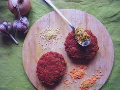 Gwarantuję Wam, że oszukają niejednego mięsożercę. Ale to nie ich główny cel, same burgery są dużą dawką pożywnego jedzenia. :) Sprawdzają się zarówno jako burgery w bułce z warzywami i zapieczonym serem, jak i jako kotlety obiadowe, czy po prostu na świeżej chrupiącej bagietce z sosem czosnkowym. Potrzebne składniki: (z podanych składników ok. 12 sztuk)…