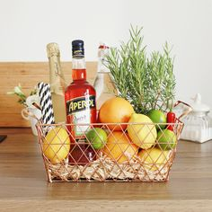 cocktail Gift basket - Aperol spritz, DIY gifts, hostess gift, perfect summer gift How Do I Make My Summer Gift Baskets, Best Gift Baskets, Wine Gift Baskets, Summer Gifts, Summer Hostess Gifts, Themed Gift Baskets, Raffle Baskets, Food Gifts, Diy Gifts