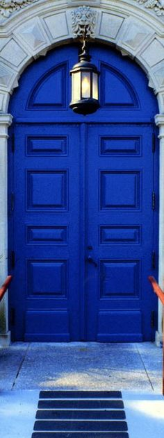 Front Door Paint Colors - Want a quick makeover? Paint your front door a different color. Here a pretty front door color ideas to improve your home's curb appeal and add more style! Cool Doors, Unique Doors, Blue Dream, Door Knockers, Door Knobs, Closed Doors, Doorway, Windows And Doors, Arched Doors