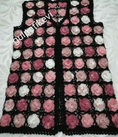 Image may contain: indoor Black White Pattern, White Patterns, Black And White, Crochet Videos, Crochet Baby, Crochet Tops, Baby Dress, Lana, Diy And Crafts