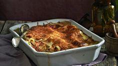 Savulohilasagne kätkee sisäänsä lämminsavulohta ja raejuustoa. Lisämakua lasagne saa raikkaasta sitruunapestosta.
