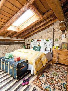 jolie chambre a coucher avec bout de lit coffre de couleur bleu foncé