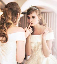 王道可愛い髪型はこれ!《ティアラ》を着けたときのヘアスタイルカタログ10選*にて紹介している画像 Beautiful Costumes, Beautiful Gowns, Beautiful Bride, Bridal Hair Roses, Wedding Images, Wedding Styles, Wedding Accessories, Wedding Hairstyles, Marie